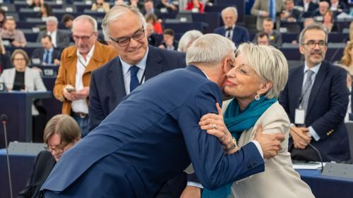 """Pots de départ, embrassades, """"ambiance de fin de colo""""… On a suivi les dernières heures des députés au Parlement européen"""