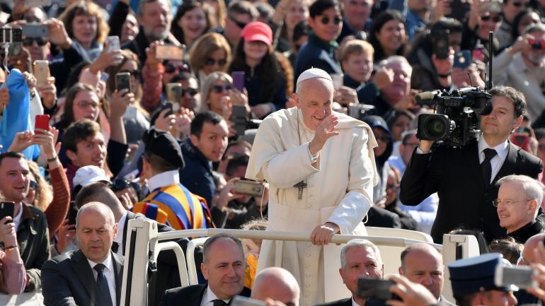 Le pape François salue les fidèles, le 17 avril 2018, sur la place Saint-Pierre, au Vatican.