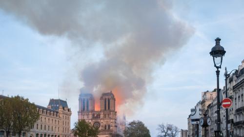 """DIRECT. Une cérémonie d'hommage à """"celles et ceux qui ont contribué à sauver"""" Notre-Dame organisée sur le parvis de l'Hôtel de Ville"""