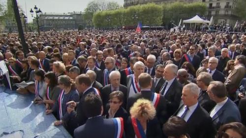 """DIRECT. Regardez la cérémonie d'hommage à """"celles et ceux qui ont contribué à sauver"""" Notre-Dame qui débute sur le parvis de l'Hôtel de Ville"""