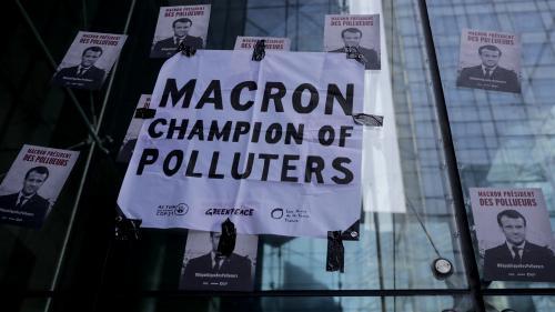 """VIDEO. Journée de """"désobéissance civile"""" pour le climat: des militants écologistes évacués du siège d'EDF à La Défense"""
