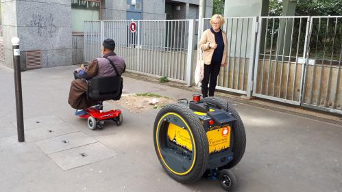 """""""Il suit la personne à un mètre"""": Franprix expérimente un robot-livreur à destination des personnes à mobilité réduite"""