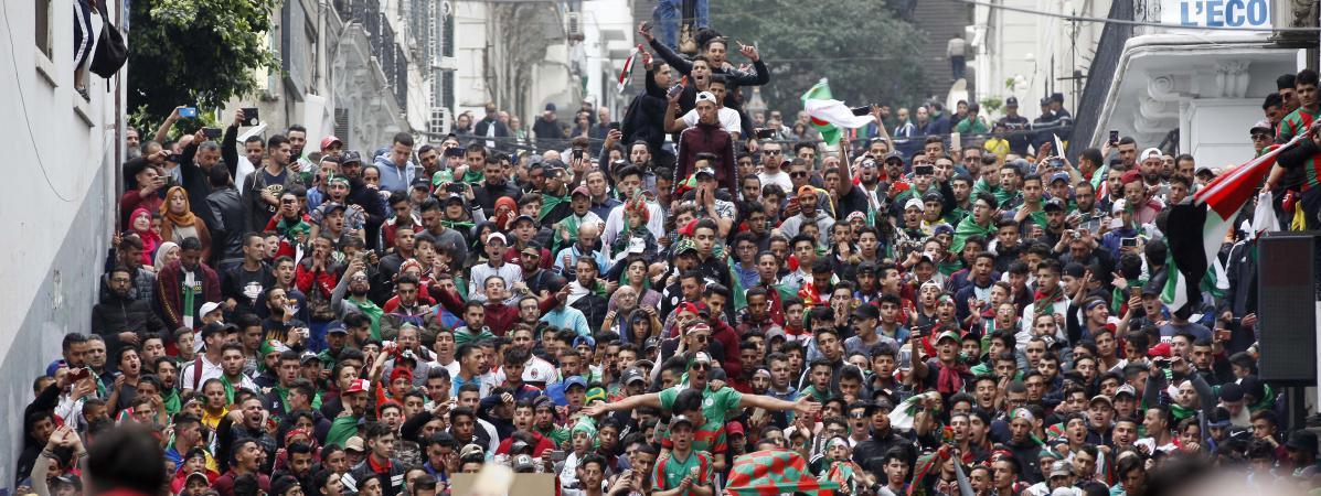 """""""Barakat ce système"""" : les Algériens se rassemblent en nombre pour un neuvième vendredi de manifestations"""