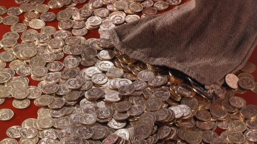 Royaume-Uni : plusieurs centaines de pièces d'or et d'argent datant du Moyen-Age déterrées par des chercheurs amateurs
