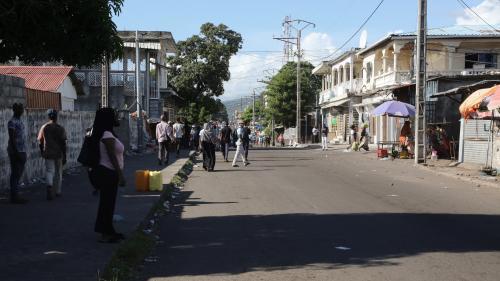 """""""Leur arrestation s'inscrit dans une série inédite d'atteintes à la liberté de la presse"""" : deux journalistes français arrêtés aux Comores"""