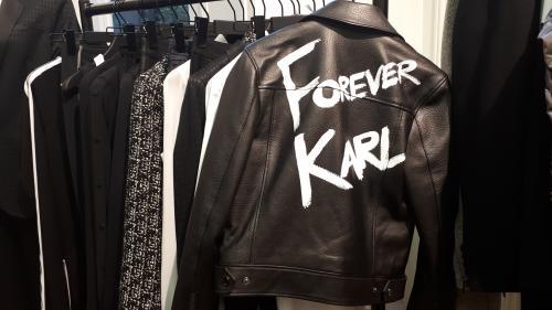 """""""Il est toujours là"""": la maison Karl Lagerfeld présente ses créations automne-hiver, deux mois après la mort du couturier"""