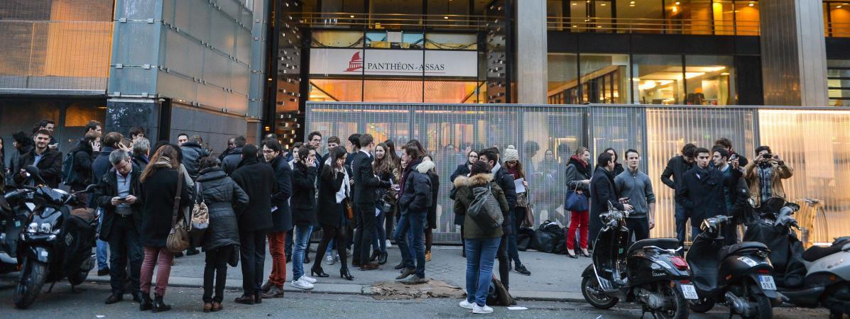 Des étudiants devant l\'université Panthéon-Assas, le 23 février 2016 à Paris.