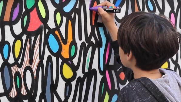 Une fresque collaborative fleurit rue de Trévise à Paris pour rendre hommage aux victimes de l'explosion