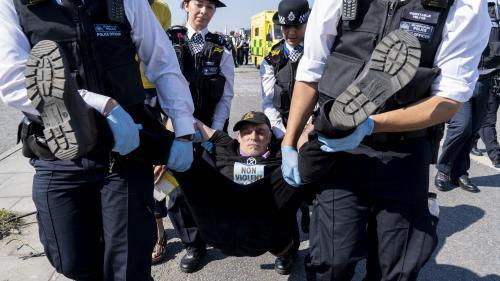 """Royaume-Uni : plus de 1 000 arrestations depuis le début des """"blocages écologistes"""" à Londres"""
