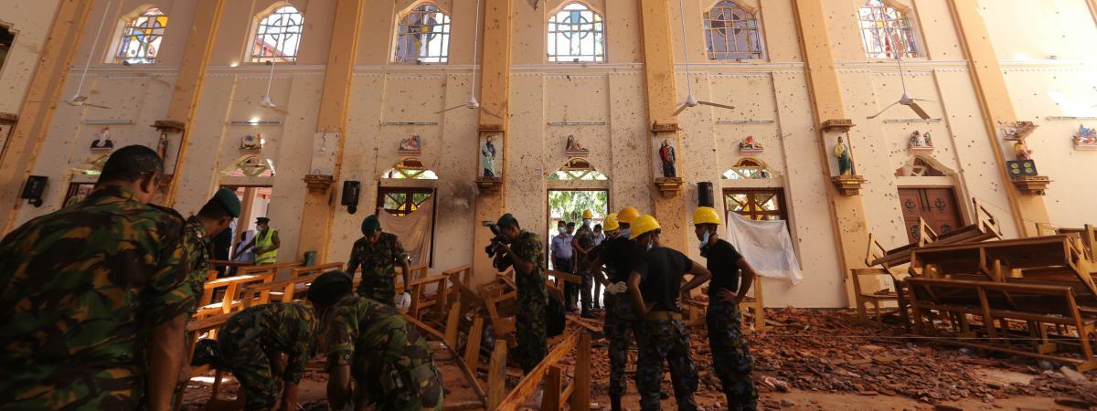Des militaires sri lankais dans l\'église de Saint-Sébastien à Negombo au Sri Lanka, le 22 avril 2019.