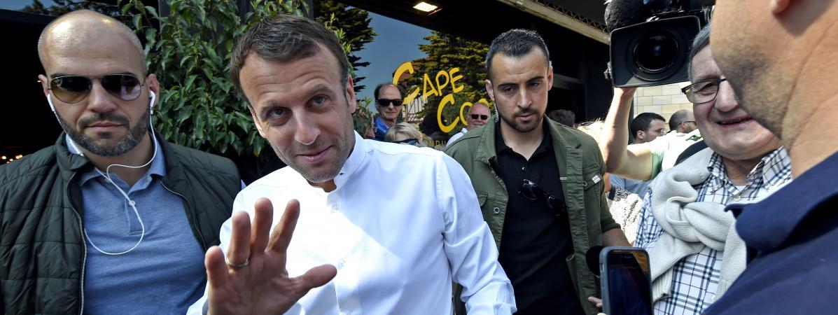 VRAI OU FAKE #VraiOuFake CNews a-t-elle diffusé de vieilles images de Macron au Touquet en présence de Benalla pour illustrer un bain de foule du président ?