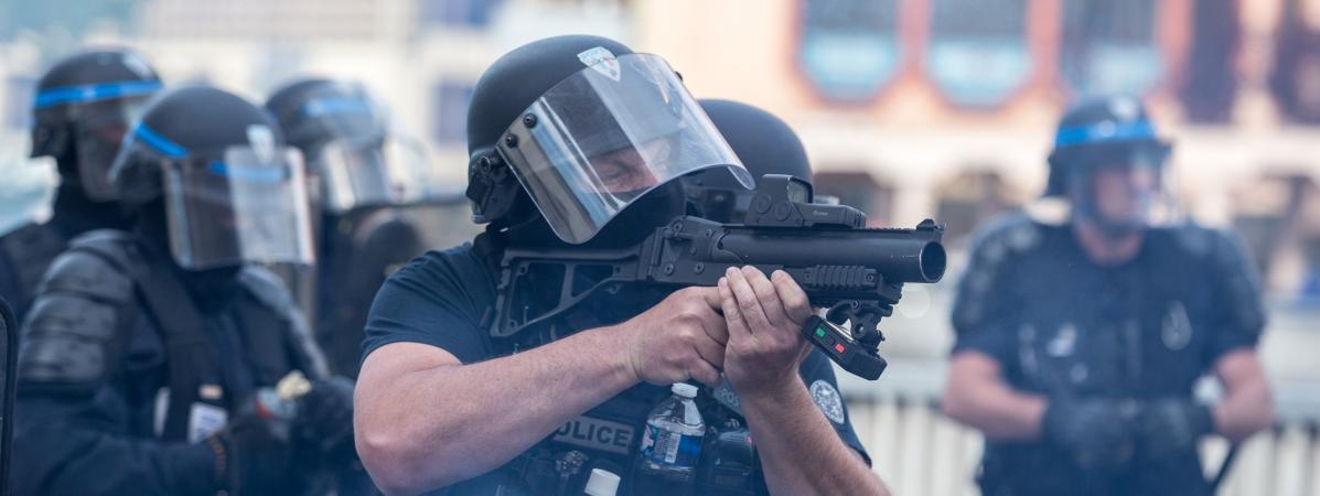 Un policier avec un LBD à la main, à Toulouse (Haute-Garonne), le 20 avril 2019.