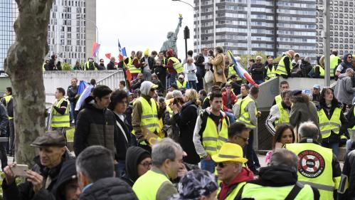 Parti de la Maison de la Radio, dans le XVIe arrondissement de Paris, un cortège de gilets jaunes se lance dans une tournée des médias parisiens GiletsJaunes Acte24    https://www.bfmtv.com/societe/en-direct-apres-les-annonces-de-macron-les-gilets-jaunes-