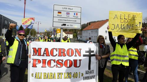 """VIDEO. """"C'est du pipeau"""" : des """"gilets jaunes"""" pas convaincus par les annonces d'Emmanuel Macron"""