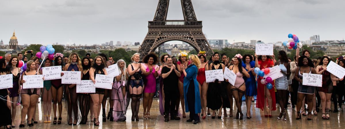 f825faba9 Les femmes rondes en tenue légère défilent au Trocadéro contre les ...