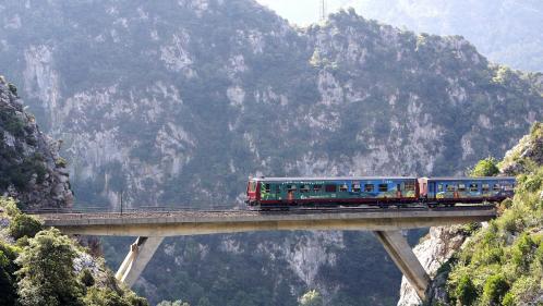 """VIDEO. """"J'ai retrouvé le goût de voir le paysage défiler"""" : l'auteure du livre """"Slow train"""" veut vous faire voyager autrement"""