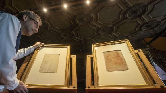 Martin Clayton, responsable des peintures et dessins au sein de la Royal Collection Trust face aux deux portraits de Léonard De Vinci.