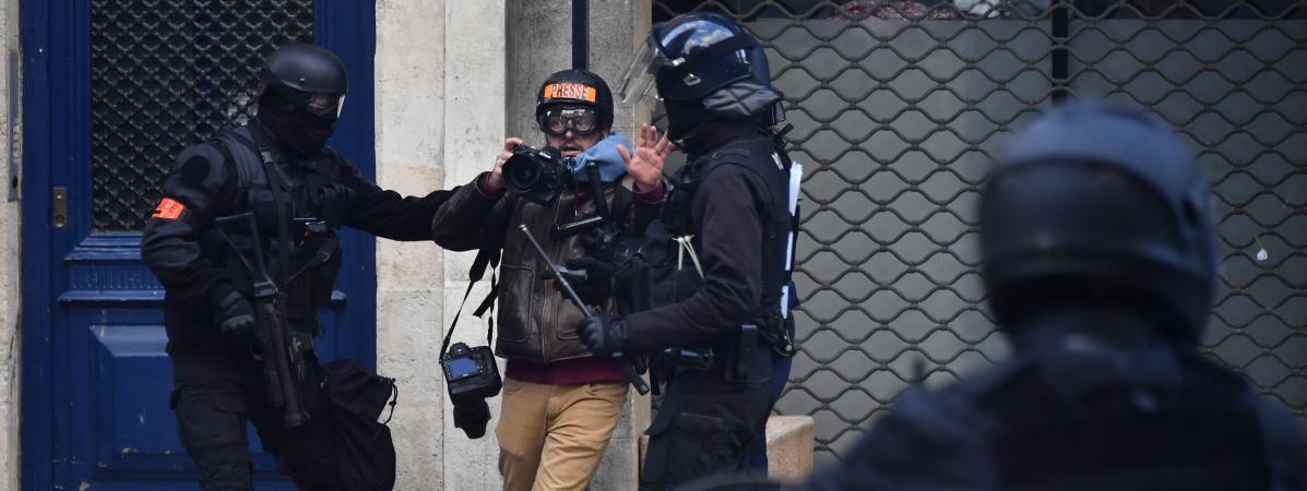 Un photographe est chahuté par des membres des forces de l\'ordre, le 2 février 2019 à Bordeaux (Gironde).