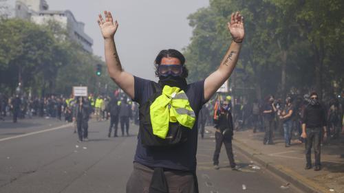 """""""C'est comme ça que mon message passera"""" : des """"gilets jaunes"""" racontent pourquoi ils prônent le """"pacifisme"""" malgré les violences"""