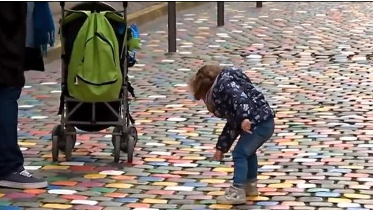 Reims Une Ruelle Aux Paves Colores Pour Attirer Les Touristes