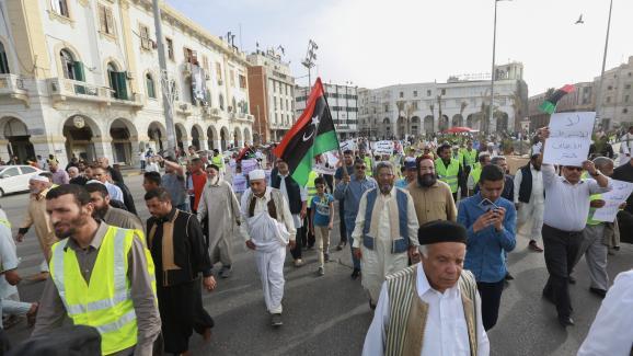 Certains manifestants, rassemblés place des Martyrs à Tripoli (Libye) le 3 mai 2019, portaient des gilets jaunes.