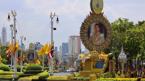 """""""Un moment tellement rare et important"""" : Bangkok en jaune et en tenue de fête pour le couronnement du roi de Thaïlande"""