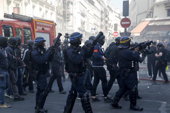 """Des gendarmes armés de lanceurs Cougar et un CRS équipé d\'un PGL-65, le 20 avril 2019, à Paris, lors d\'une manifestation des \""""gilets jaunes\""""."""