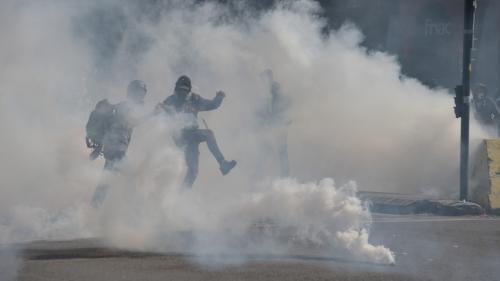 """Des grenades lacrymogènes plus puissantes sont-elles utilisées contre les """"gilets jaunes"""" lors des manifestations ?"""