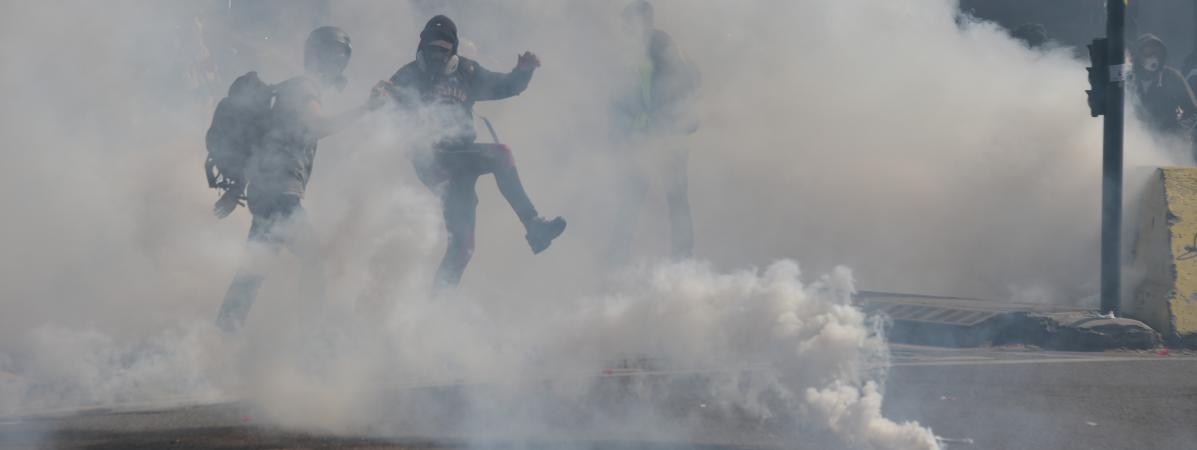"""Un nuage de gaz lacrymogène, le 13 avril 2019, à Toulouse, lors d\'une manifestation des \""""gilets jaunes\""""."""