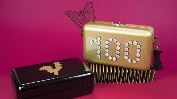 Collection Maugein by Katherine Pradeau : la boîte Icône avec le coq emblème de la manufacture et la minaudière Anniversaire décorée d\'anciens boutons d\'accordéon en nacre des années 20 pour les 100 ans de la manufacture