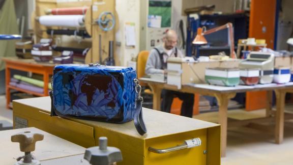 Collection Maugein by Katherine Pradeau : le modèle Marionito bleu dans l\'atelier de la manufacture Maugein à Tulle en 2019