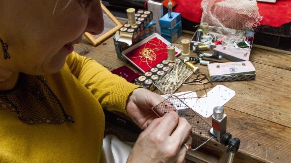 Travail sur un modèle de la collection Maugein by Katherine Pradeau, dans l\'atelier Maugein à Tulle, en 2019