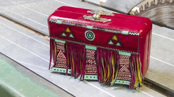 La minaudière Sahara gainée de cuir par les femmes Touaregs du Niger de la collection Maugein by Katherine Pradeau, en 2019