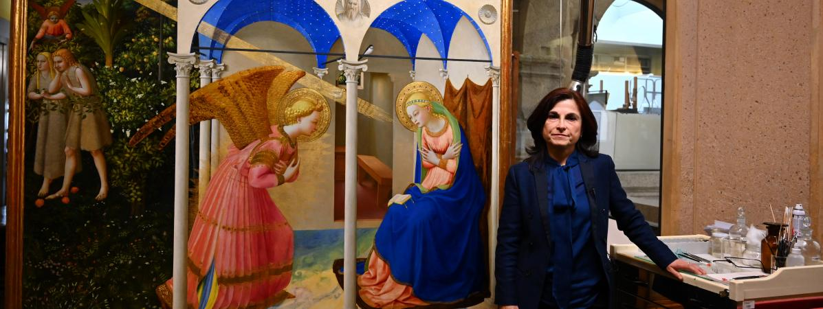 """Le tableau \""""L\'Annonciation\"""" de Fra Angelico et la restauratrice d\'art Almudena Sanchez, à l\'issue d\'une présentation de l\'œuvre restaurée, le 8 mai 2019 au musée du Prado, à Madrid."""