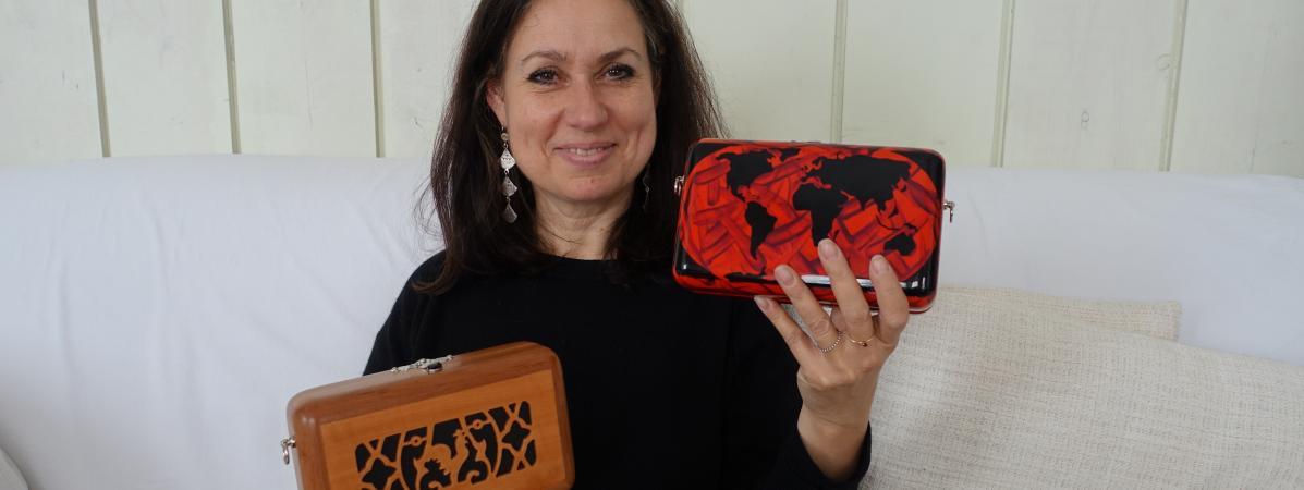 La créatrice Katherine Pradeau présente deux modèles de lacollection Maugein by Katherine Pradeau, à Paris, le 7 mai 2019