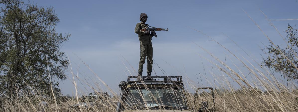 Un ranger du parc national de la Pendjari en patrouille sur son véhicule, le 10 janvier 2018 près de Tanguieta (Bénin).