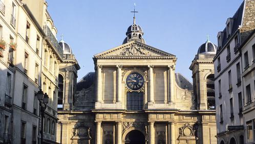 Un prêtre de Versailles mis en examen pour viol et agression sexuelle