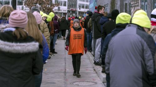 VIDEO. Des femmes escortées pour aller avorter dans le Kentucky : une des accompagnatrices raconte