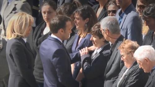 VIDEO. La mère d'un soldat tué a-t-elle repoussé la main d'Emmanuel Macron lors de la cérémonie aux Invalides?