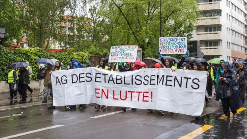 """Une enseignante a-t-elle été arrêtée à cause d'une pancarte lors de la manifestation des """"gilets jaunes"""" à Paris?"""