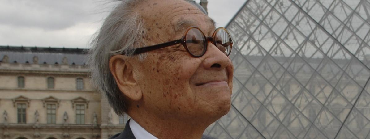 L\'architecteIeoh Ming Pei devant la pyramide du Louvre le 22 juin 2006.