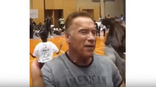 VIDEO. Arnold Schwarzenegger attaqué à coup de pied pendant une compétition de corde à sauter
