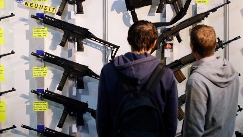 Les Suisses approuvent par référendum un durcissement de leur législation sur les armes