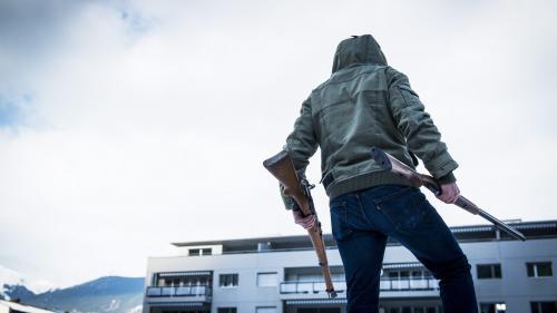 """""""Moi je vais clairement voter non"""": les Suisses divisés autour du durcissement de leur loi sur le port d'armes"""