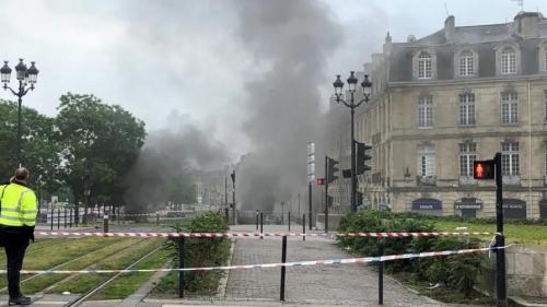 Incendie dans un parking à Bordeaux : le feu est éteint, la circulation des trams interrompue plusieurs jours
