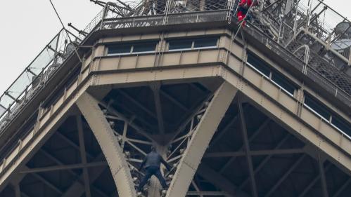 """Un """"grimpeur"""" perché en haut de la tour Eiffel provoque l'évacuation du monument"""