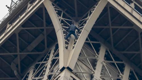 """Tour Eiffel : le """"grimpeur"""" a été pris en charge par les équipes d'intervention"""