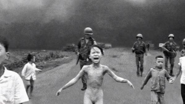 """VIDEO. """"Mes vêtements avaient brûlé sur moi"""" : on a rencontré la petite fille et l'auteur de la photo qui a fait basculer la guerre du Vietnam"""