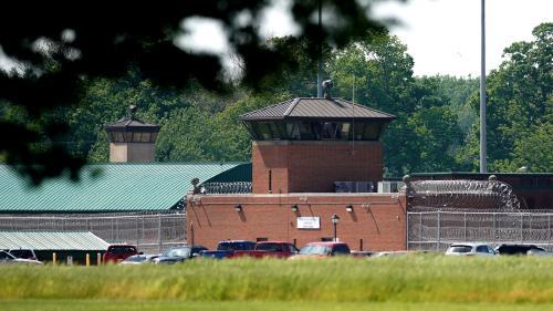 """États-Unis : John Walker Lindh, le """"Taliban américain"""", libéré après 17 ans de prison"""