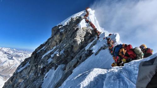 Everest : des embouteillages sur le toit du monde